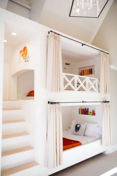 Двухъярусная кровать, отлично вписывающаяся в светлый интерьер спальной комнаты.