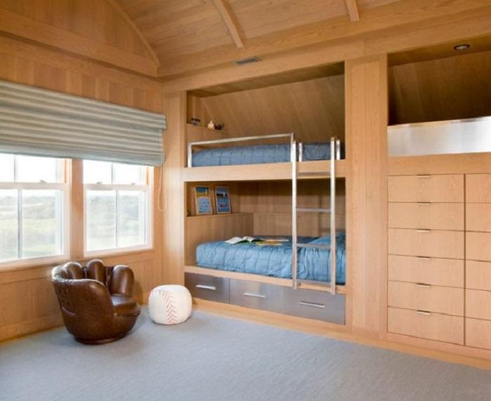 Классическая спальная комната с практичной двухэтажной кроватью.