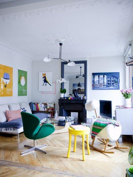 Декоративные элементы, которые ярким акцентом выделяются на фоне светлого интерьера гостиной.