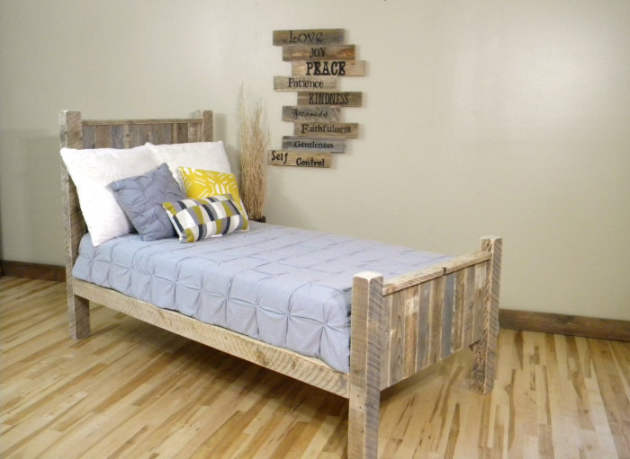 Простая кровать из нескольких деревянных поддонов.