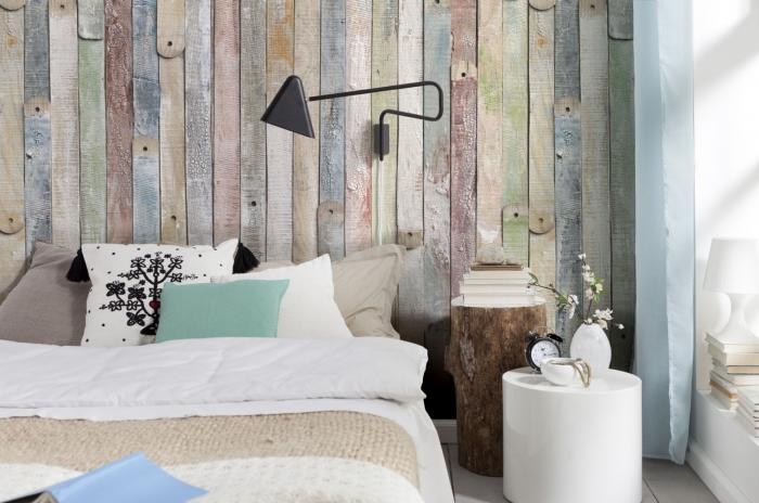 Стена из дерева у изголовья кровати гармонично вписывается в любой дизайн, как и любые декоративные деревянные элементы.