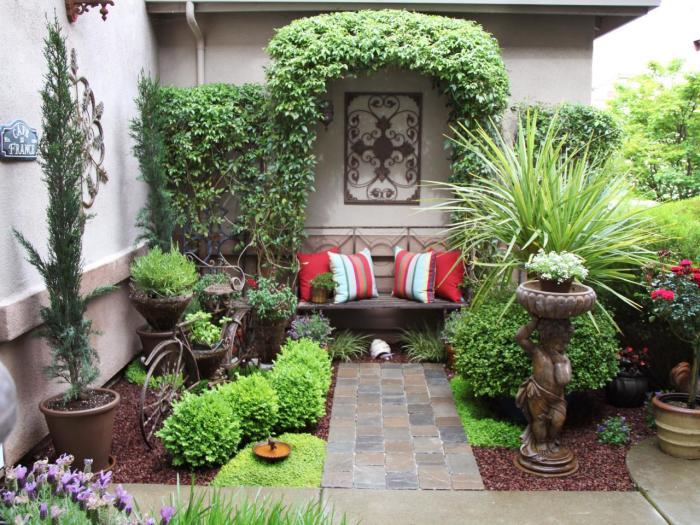 Уютное место для отдыха можно и нужно обустроить даже на небольшом дачном участке. Используйте вертикальное озеленение, небольшие статуэтки и другие декоративные элементы для отделения зоны отдыха от общей территории участка.