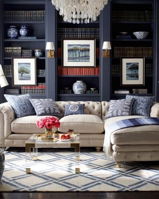 Тёмно-синий контрастный стеллаж для книг в интерьере классической гостиной комнаты.