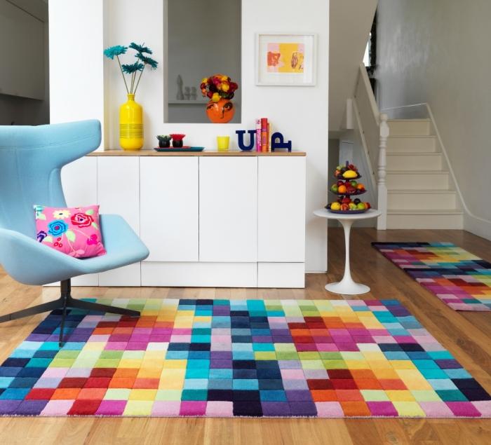 Яркое ковровое покрытие с геометрическим рисунком.