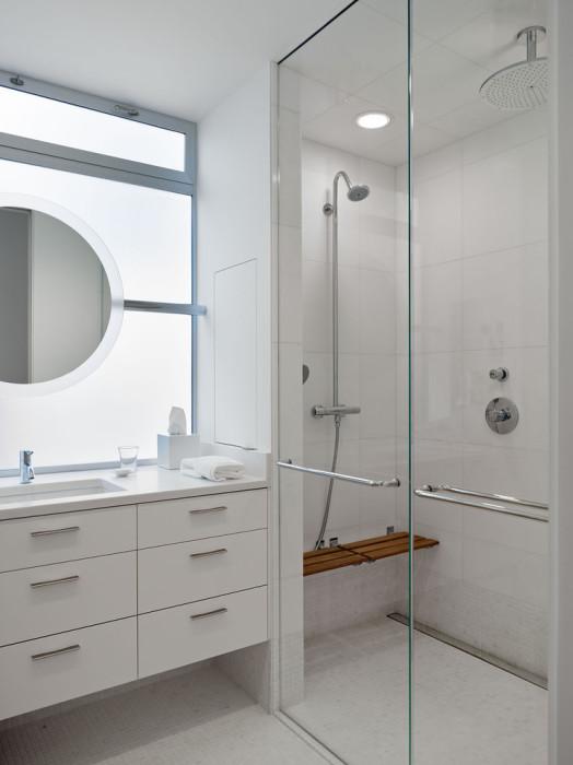 Игра цвета в ванной комнате должна прослеживаться не только в дизайне стен, пола и потолка, но и в сантехнике.