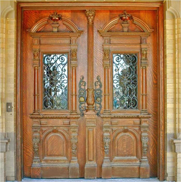 Резная деревянная дверь, станет оригинальным украшением современного фасада здания.