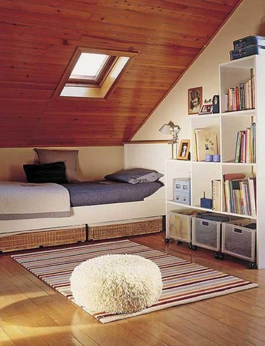 Отличная идея размещения одноместной кровати под крышей.