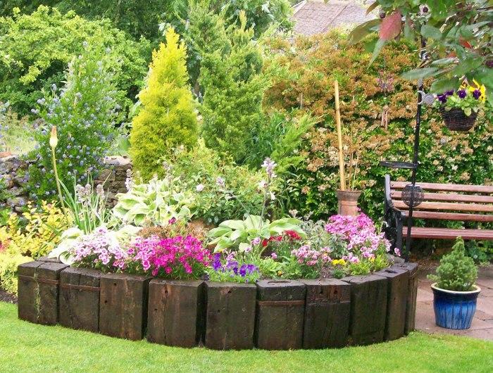 Тщательно обдуманный дизайн клумбы, соответствующий стилевому направлению сада.
