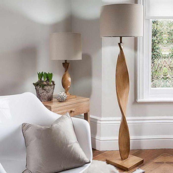 Стильный напольный торшер с деревянным основанием.