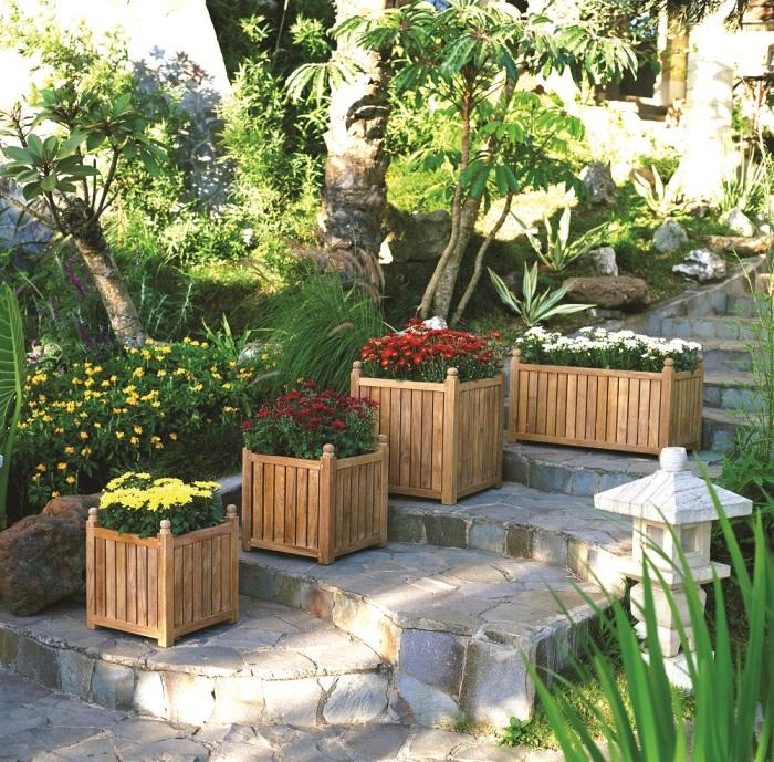 Деревянные кашпо могут стать отличным элементом декора для сада.