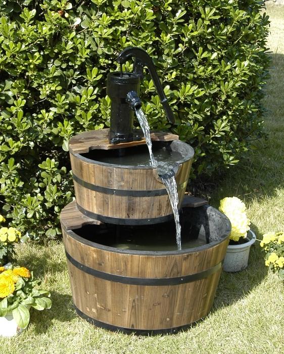 Красивый деревянный фонтан - настоящее приобретение.