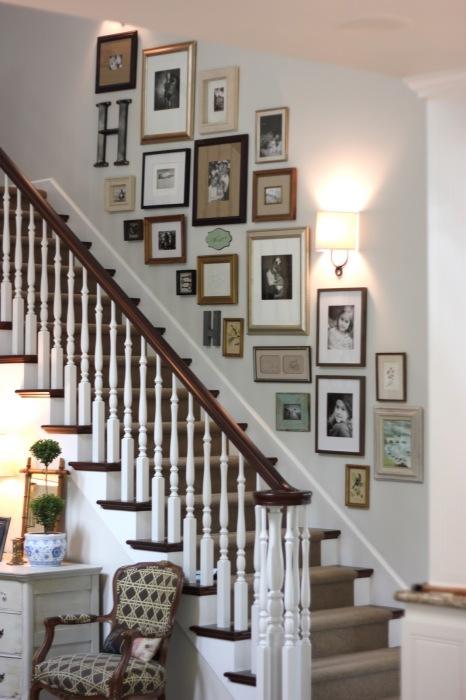 Еще один вариант расположения настенной галереи на стене вдоль лестничного подъёма.