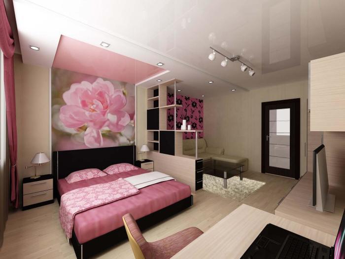 Спальная комната с оригинальной отделкой стен, роскошной и грамотно подобранной мебелью, и стеллажом-перегородкой.