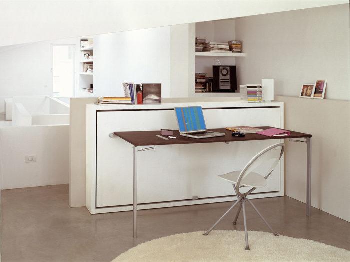 Для экономии пространства можно использовать легко трансформирующийся консольный столик, который станет отличным решением для малогабаритной квартиры.