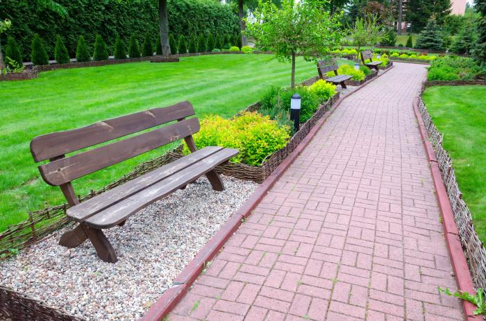 Тротуарная плитка - идеальный материал для садовой дорожки.