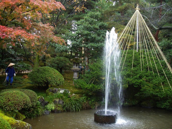 Фонтан в восточном стиле, создающий в саду красоту и гармонию.