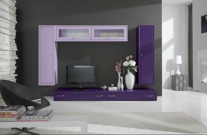 Фиолетовая мебельная стенка в гостиной комнате.