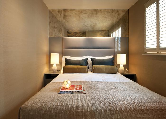 Важным аспектом в оформлении небольшой спальной комнаты является правильно подобранное освещение.