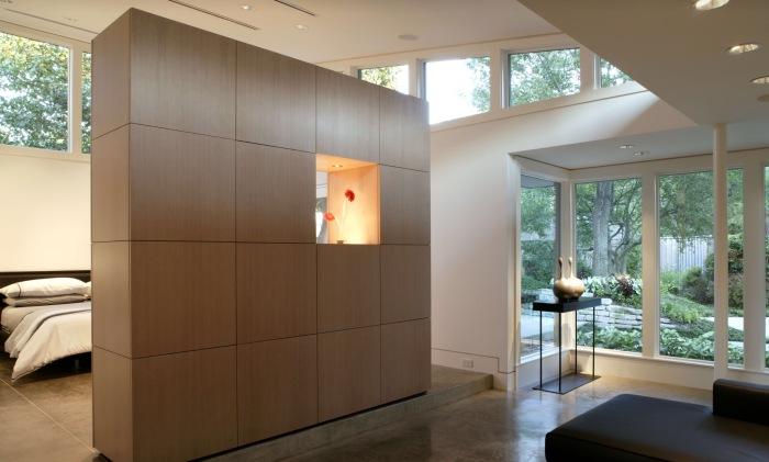 Модульный стеллаж из светлой породы древесины, который может стать отличной межкомнатной перегородкой.