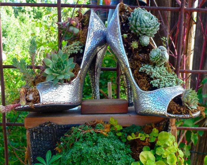 Старые туфли на каблуках можно использовать для создания уникальных небольших кашпо, которые отлично впишутся в любой ландшафтный дизайн.