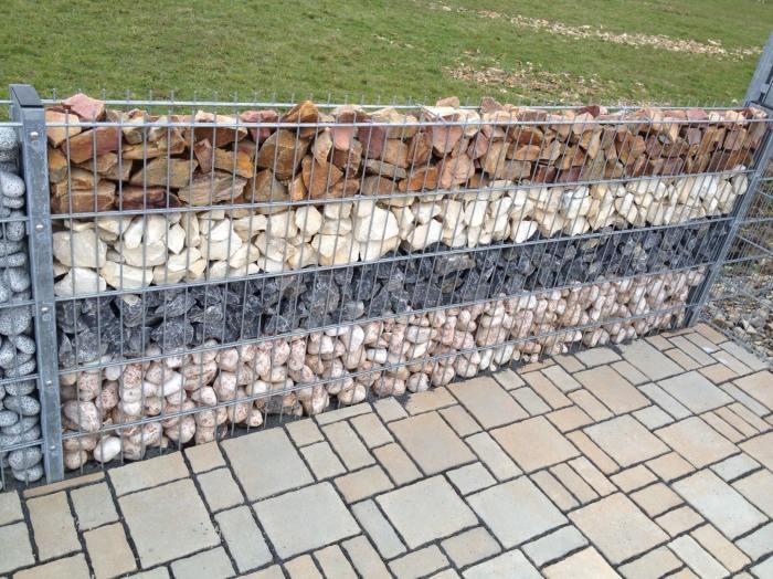 Габионные сетчатые изделия, заполненные разными породами натурального камня.