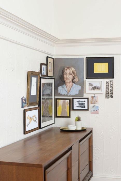 Фотографии и картины в углу гостиной комнаты.