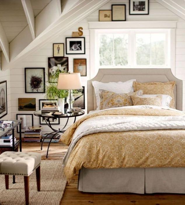 Настенная галерея в интерьере спальной комнаты с наклонным потолком.