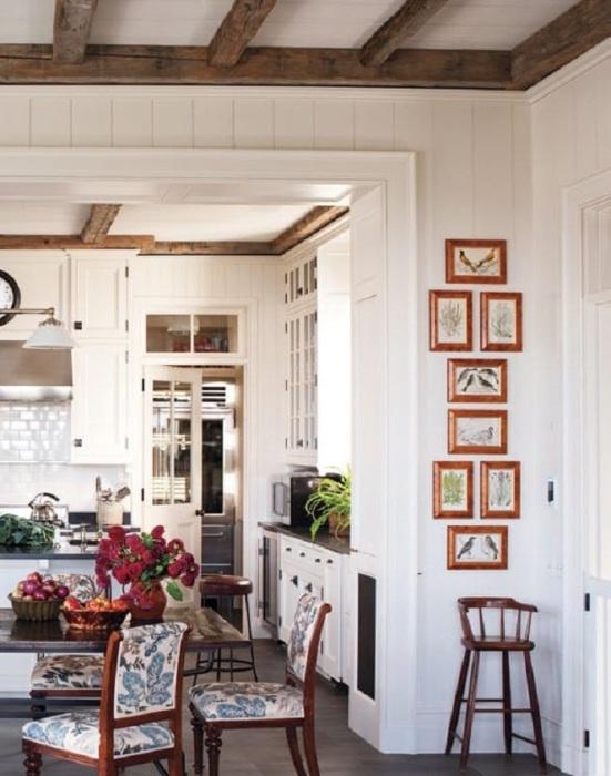 Маленькую стену на кухне можно украсить галереей, что позволит выделить её.