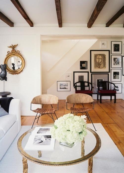 Интерьер гостиной комнаты, оформленной по свежим трендам дизайна.