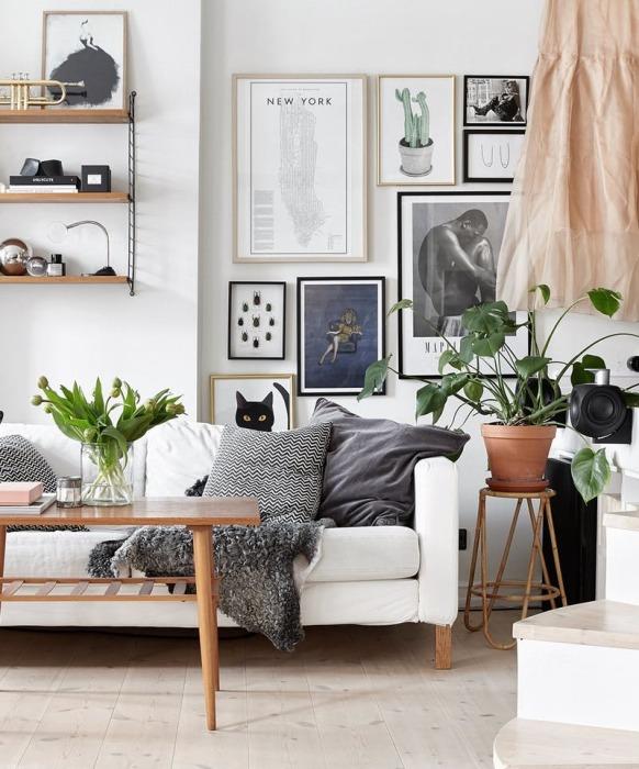 Гостиная комната с обилием мелких деталей и красивой настенной галерей.