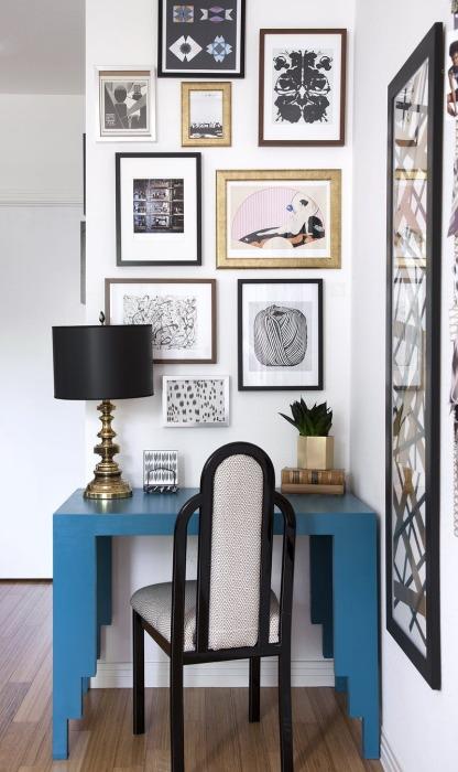 Оригинальная идея размещения картин и снимков в интерьере гостиной комнаты.