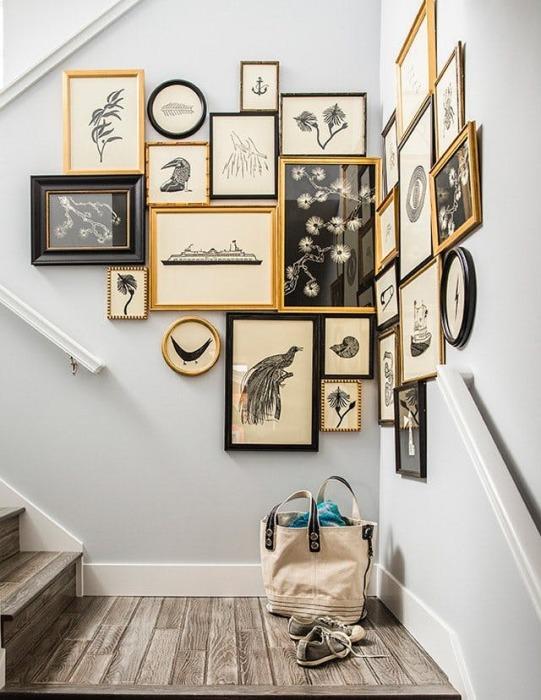 Привлекающая внимание настенная галерея, расположенная на стене вдоль лестничного подъёма.