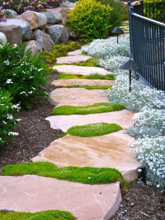 Если говорить об эстетических качествах садовых дорожек, то они должны внешне соответствовать общей концепции ландшафтного дизайна.