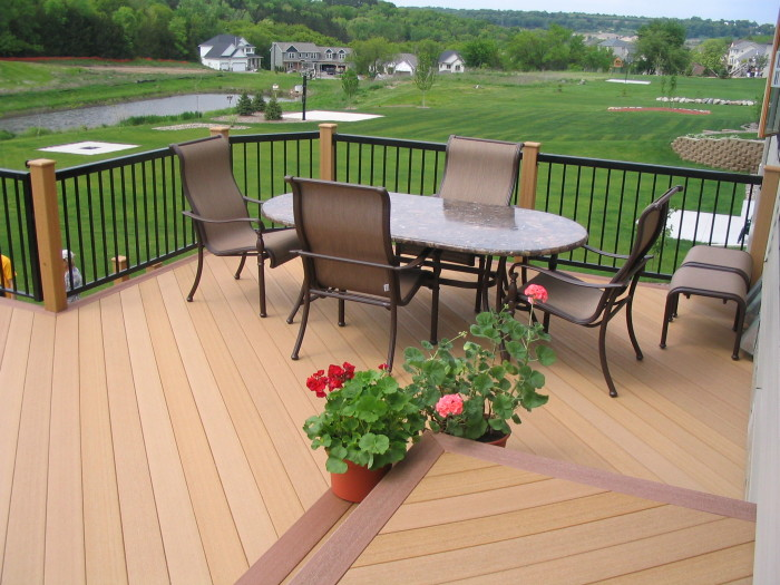 Затишна тераса відкритого типу відмінне рішення для заміського будинку.
