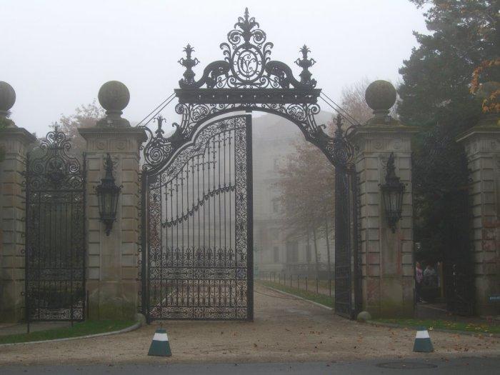 Открытая конструкция ворот в готическом стиле.