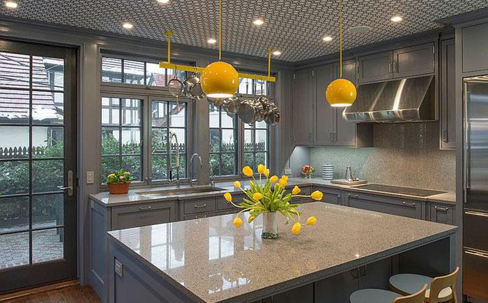 Сероватая кухня с классическими, как все говорят, ярко-желтыми светильниками.