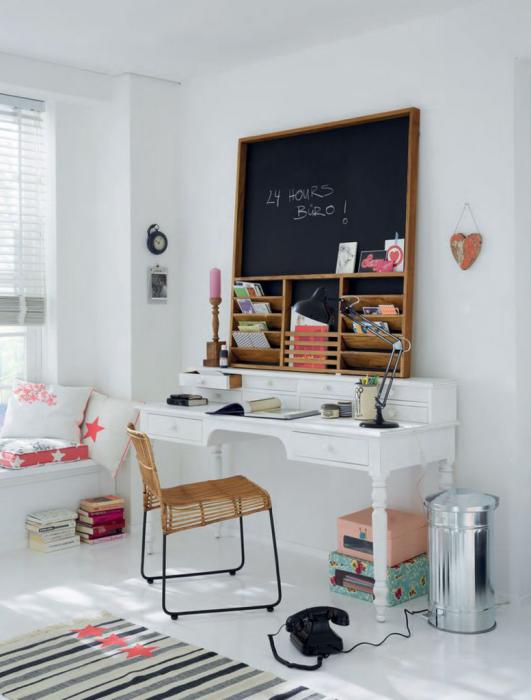 Отличный вариант сконструировать оптимальный стол с небольшой площадью, что позволит создать удивительную геометрию в интерьере и сэкономить пространство.