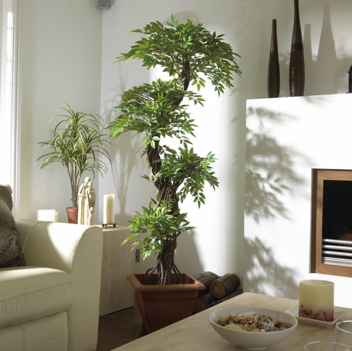 Декоративное дерево в интерьере гостиной комнаты.