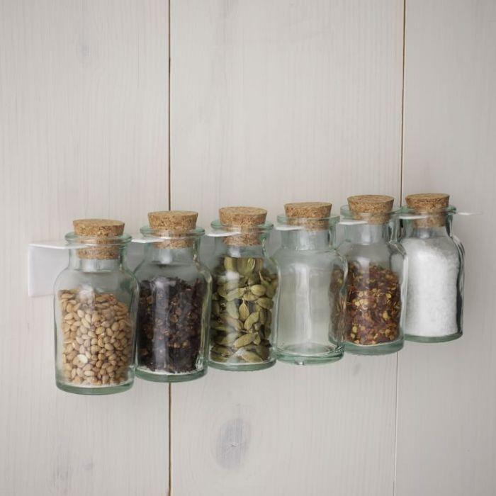 Маленькие стеклянные банки с пробковыми крышками для разных видов специй и приправ – незаменимая вещь для любой настоящей хозяйки.