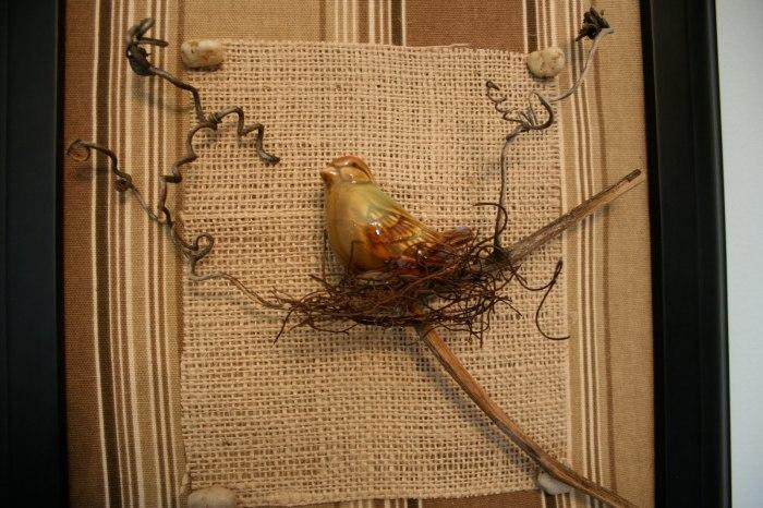 Декоративная птица, сидящая в гнезде.