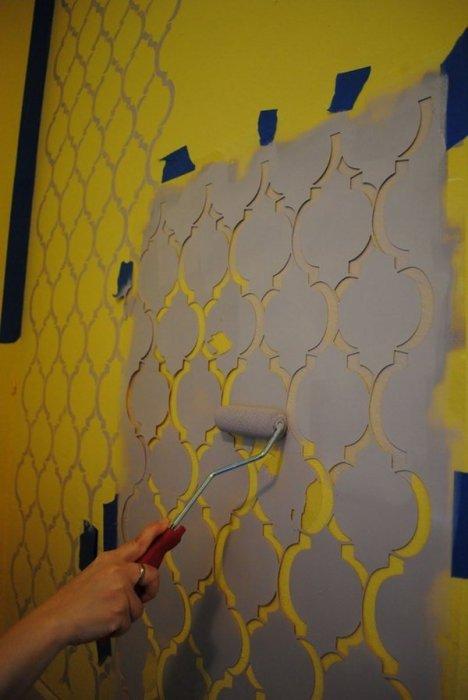 С помощью простого трафарета можно создать в помещении необычный декор.