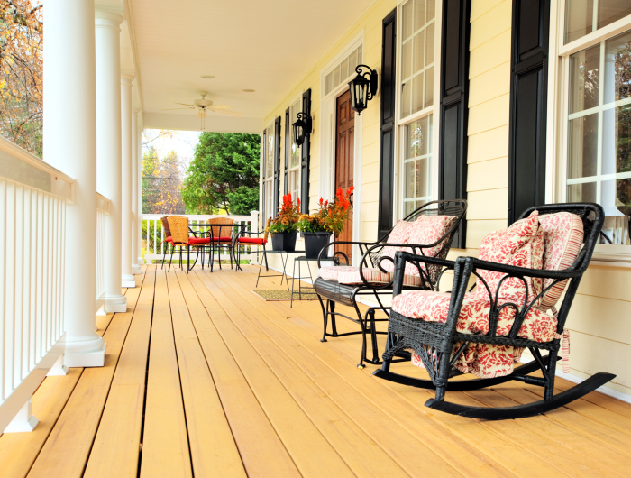 Расположить кресло-качалку можно на веранде в окружении классической плетёной мебели.
