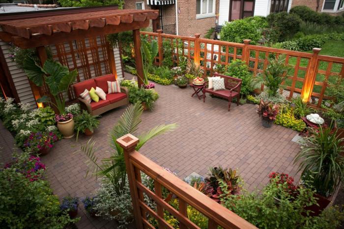 Правильно подобранная цветовая гамма визуально отодвинет границы двора и расширит пространство.