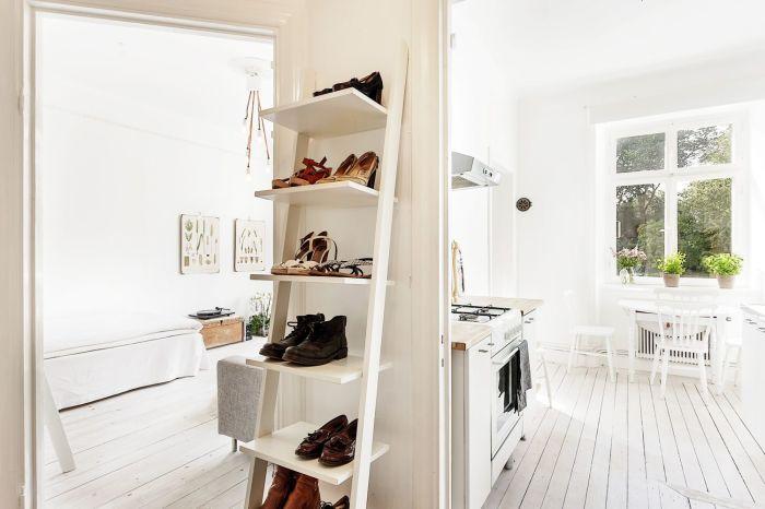Деревянный стеллаж для обуви.