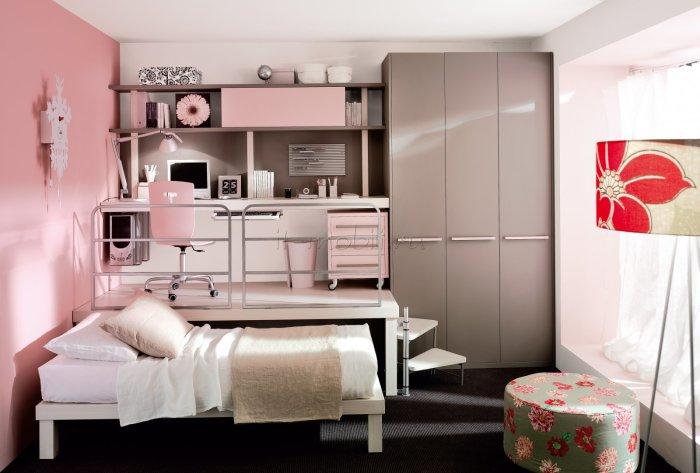 Рациональная идея размещения кровати под подиумом и стола в детской комнате.
