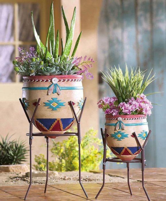 Простые и лаконичные кованные подставки для цветов в минималистском стиле.