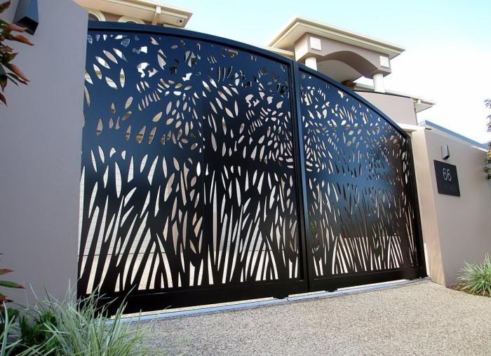Примечательные и оригинальные металлические ворота для загородного участка.
