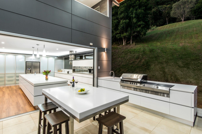 Летняя кухня в стиле минимализма на территории загородного участка.
