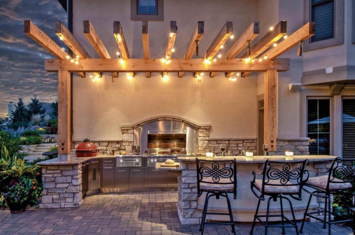 Правильно подобранное освещение залог хорошего времяпрепровождения на летней кухне.