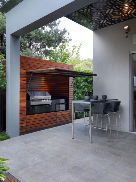 Деревянный каркас небольшой летней кухни на дачном участке.
